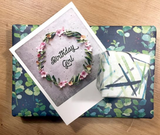 """Zwei verpackte Geschenke und eine Karte """"Birthday Girl"""""""