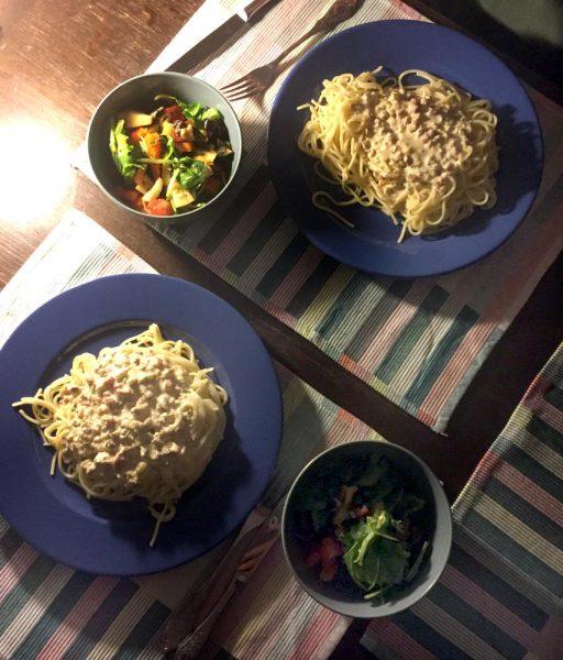 Spaghetti speciale: Zwei Teller mit Nudeln und Carbonara-Sauce und Salatschälchen