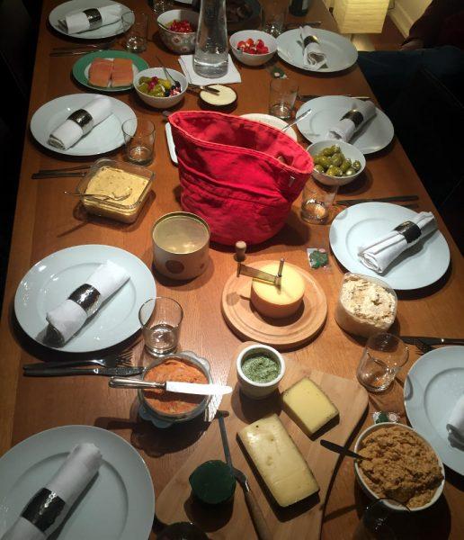 Silvestertisch mit Brot, Dips, Antipasti und Käse