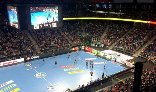 Blick vom Oberrang aufs Handball-Spielfeld, rundherum Publikum.
