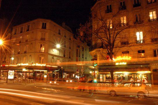 Straßenkreuzung mit verwischten Lichtern