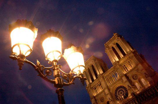 Notre Dame im Dunkeln mit Laterne
