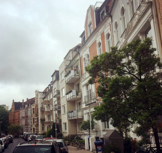 Straßenzug mit Altbauten in Hannover