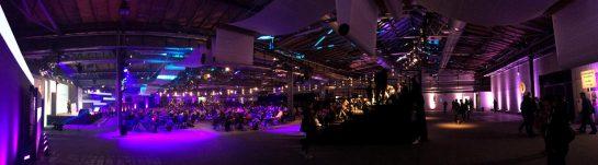 Stage 1 der re:publica in blau-violetter Beleuchter. Panoramaaufnahme mit Publikum.