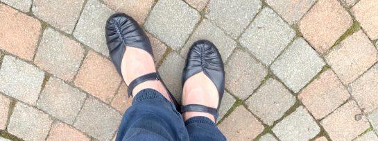 Schwarze Schuhe, wie Ballerinas mit Riemchen
