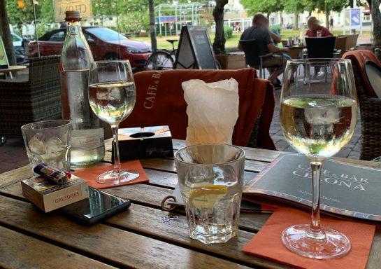 Tisch mit zwei Weißweingläsern, dazu Wasser