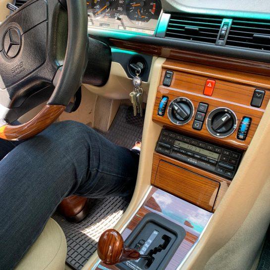 Fotos vom Beifahrersitz auf die Mittelkonsole mit Echtholzfurnier