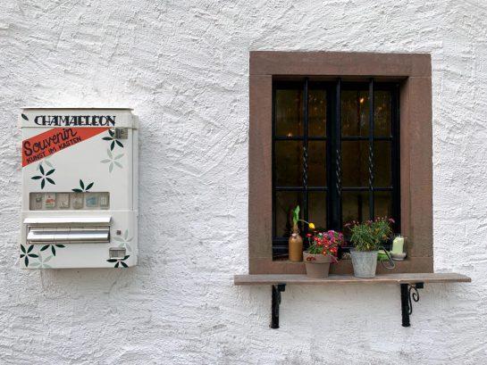 Fenster, daneben ein ehemaliger Zigarettenautomat, von dem man jetzt Souvenirs kaufen kann