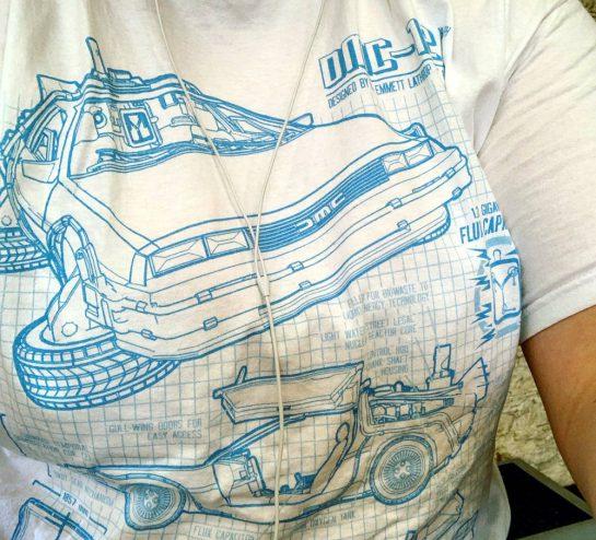 Weißes T-Shirt mit hellblauen DeLorean (technische Zeichnung)