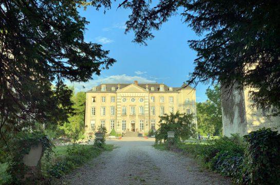 Schloss, umrahmt von Tannengrün