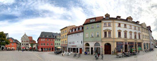 Herderplatz: Bunde Fassaden, verspielte Giebel.