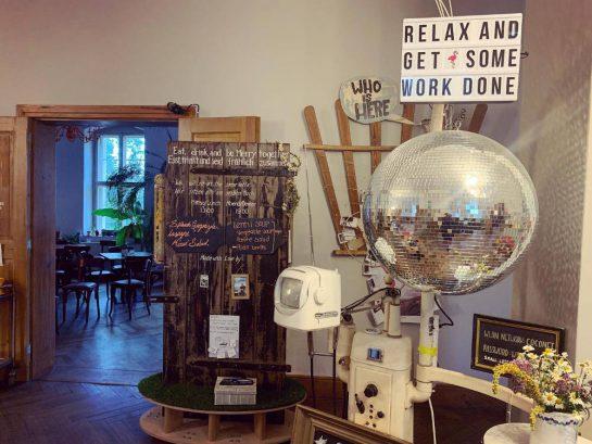 """Foyer, Schild: """"Relax and get some work done"""". Dazu eine Diskokugel"""