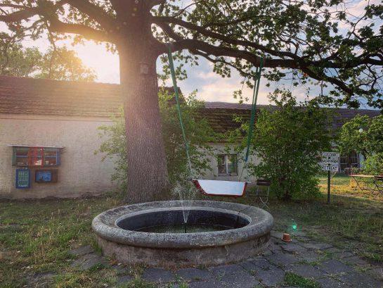 Springbrunnen mit Schaukel
