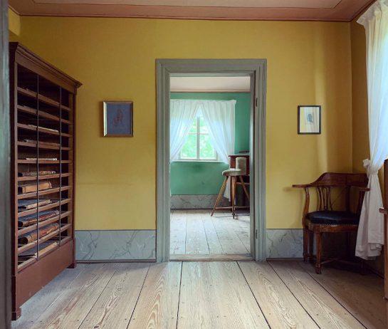 Blick ins Haus: Bibliothek, Schreibtisch