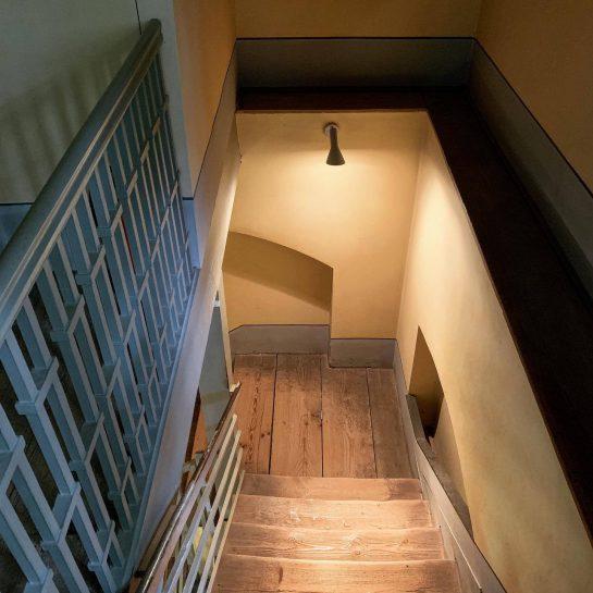 Beleuchteter Treppenabgang