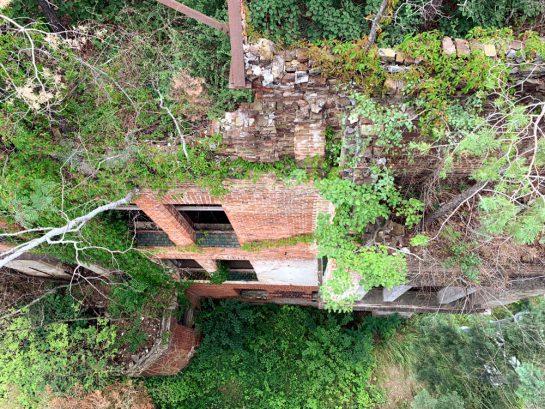 Blick vom Baumkronenpfas eine Hauswand hinunter