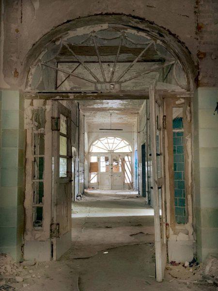 Flügeltür im Foyer der Chirurgie mit Blick in den Gang