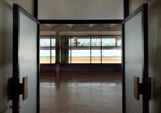 Blick durch die Türen des Restaurants auf das Flugfeld