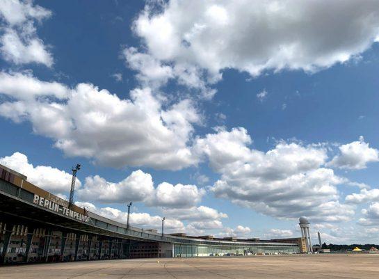 Flughafen Tempelhos: Blick vom Flugfeld auf das Halbrund des Gebäudes