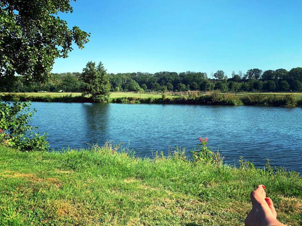 Wiese, Ruhr, im Vordergrund Füße