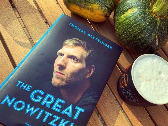 """Buch """"The great Nowitzi"""" neben eine Tasse Milchkaffee"""