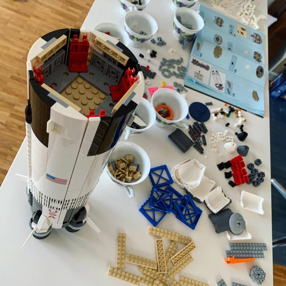 Lego-Rakete: Das Unterteil, fertig zusammengebaut auf einem Tisch. Daneben noch viele lose Steine.