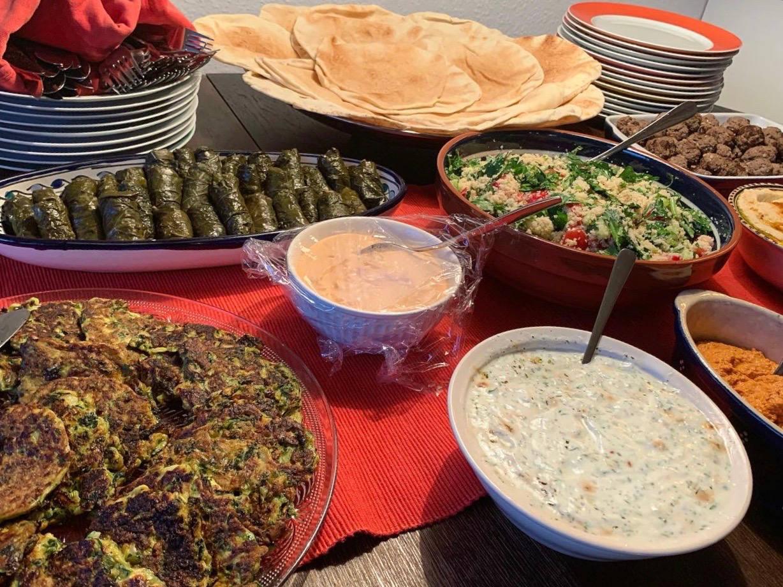 Fladen, Weinblätter, Couscous-Salat, Frikadellen, Zaziki, Zucchinipuffer, diverse Pasten