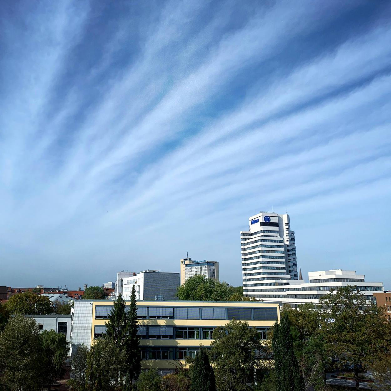 Blick auf Hannover: Allianz und Leibniz-Universität mit blauem Himmel