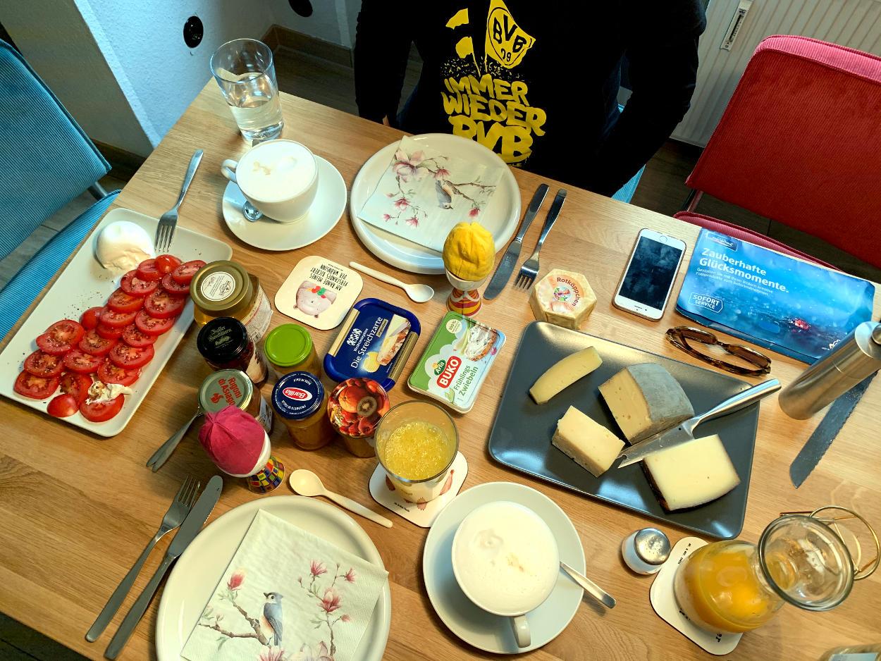 Frühstückstisch aus der Vogelperspektive.