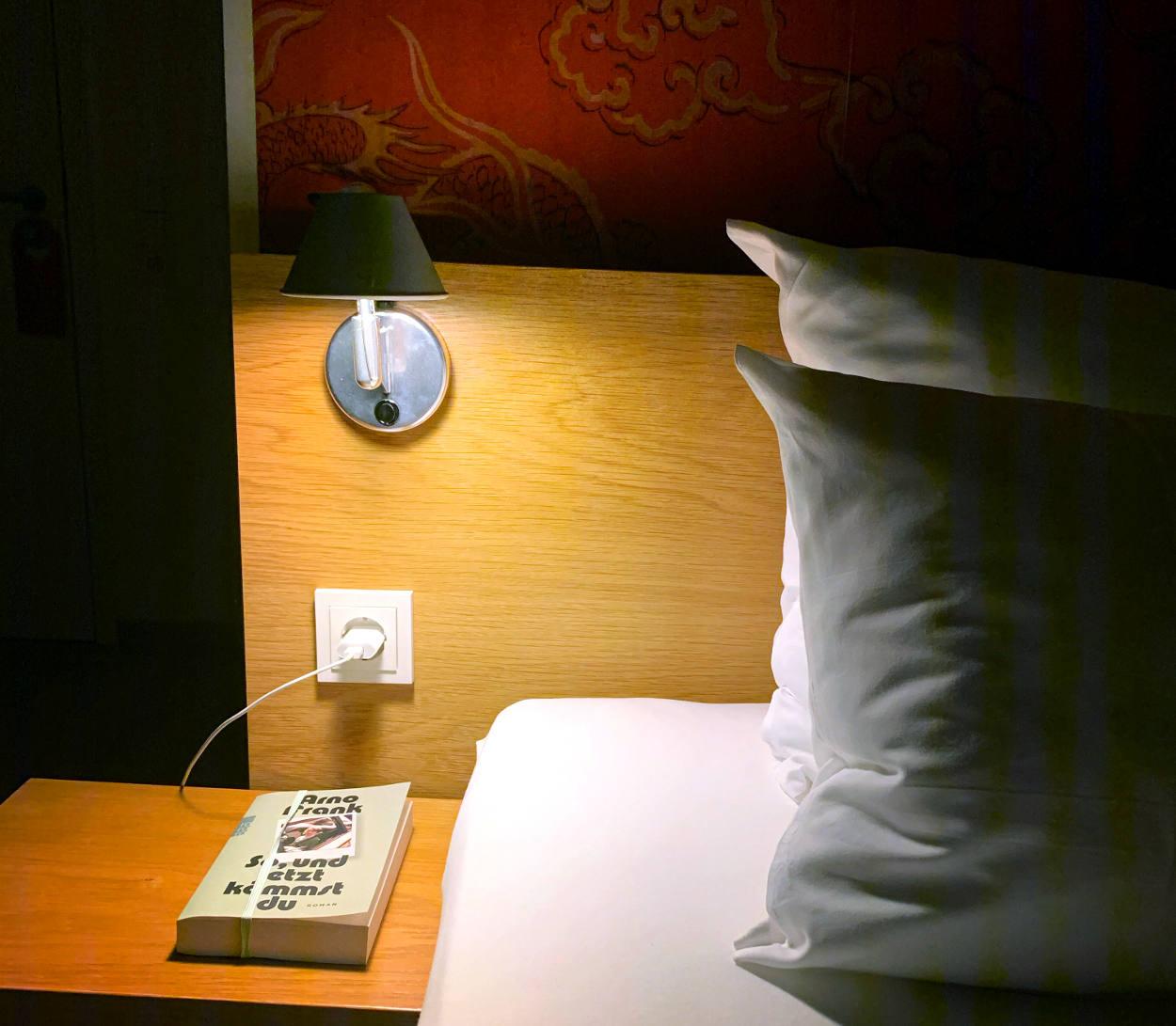 Kissen, Nachttisch, Buch von Arno Frank
