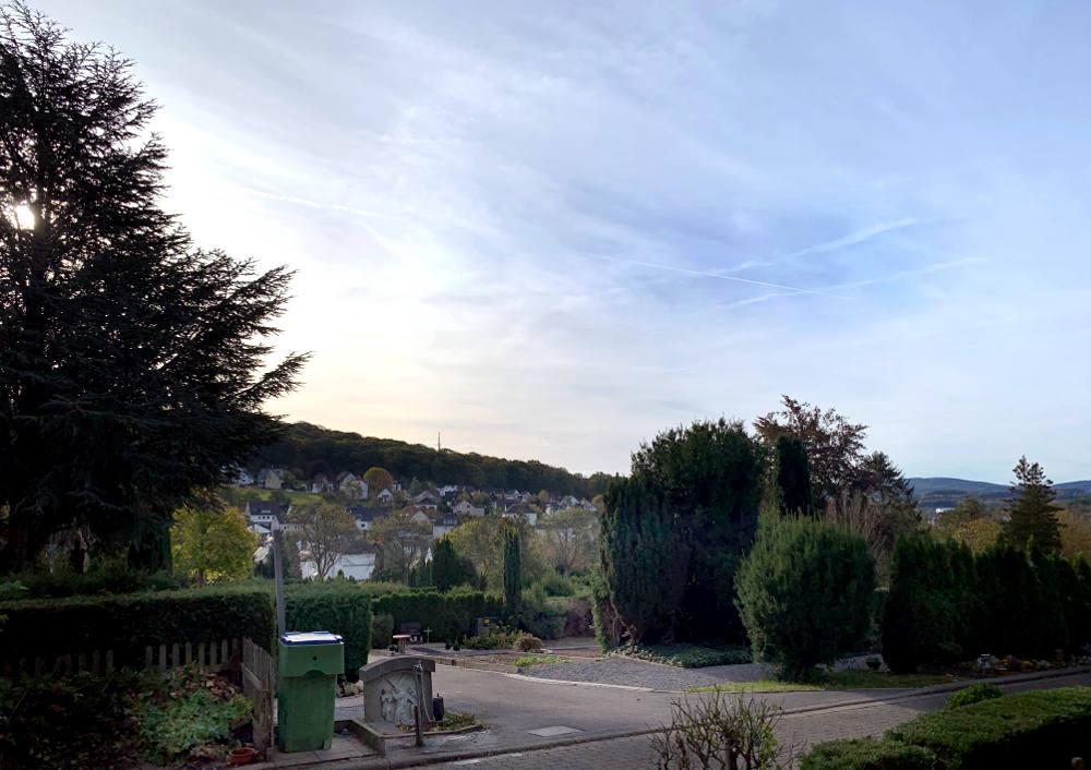 Hügel mit Häusern.