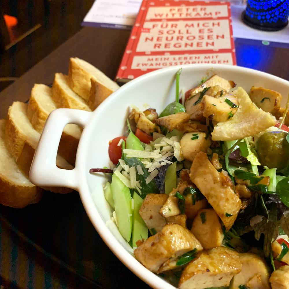 """Salat-Bowl mit Brot, dazu das Buch von Peter Wittkamp: """"Für mich soll es Neurosen regnen"""""""