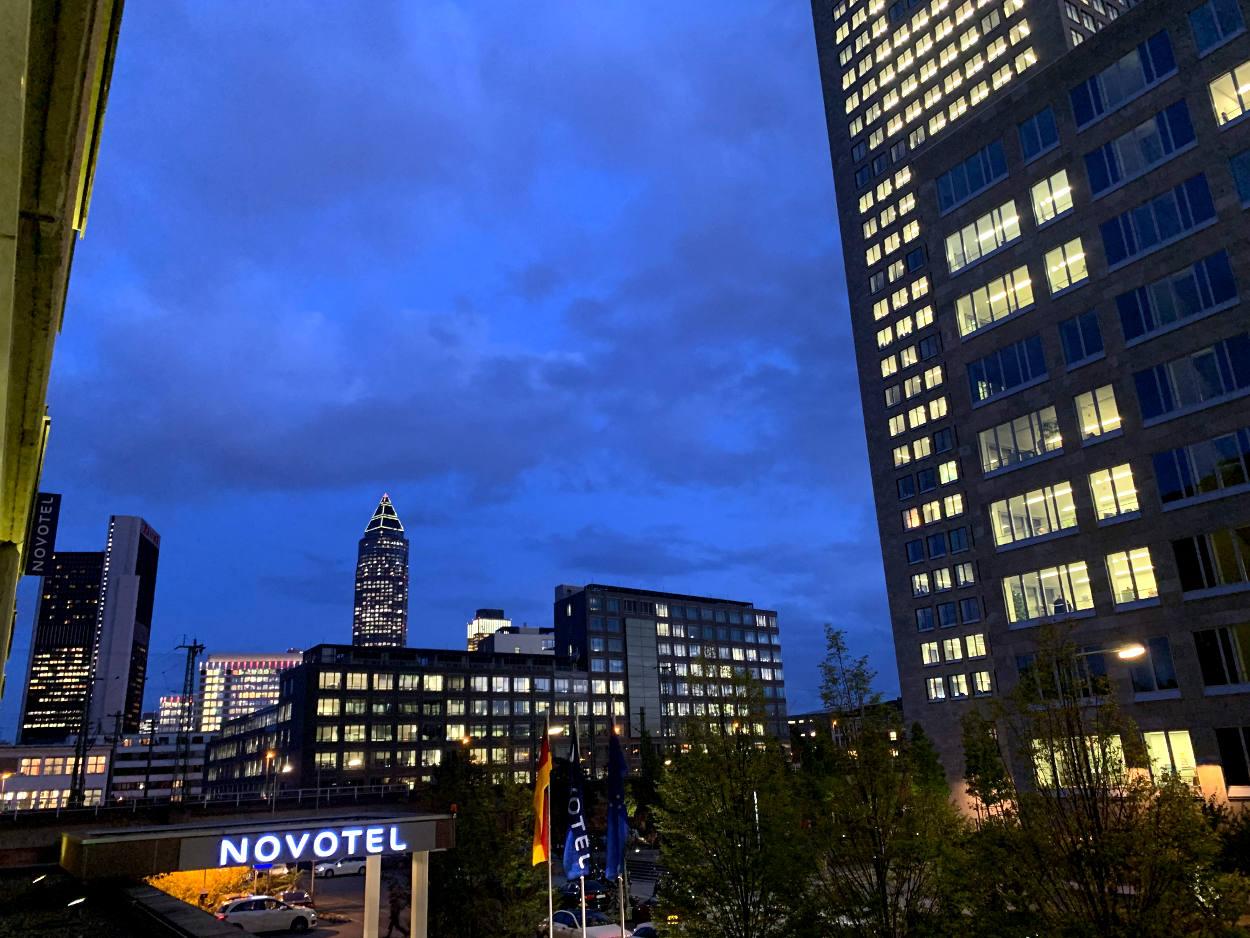Dämmerung, Foto aus dem Hotelzimmer auf Skyline Frankfurt, rechts und links Hochhäuser.