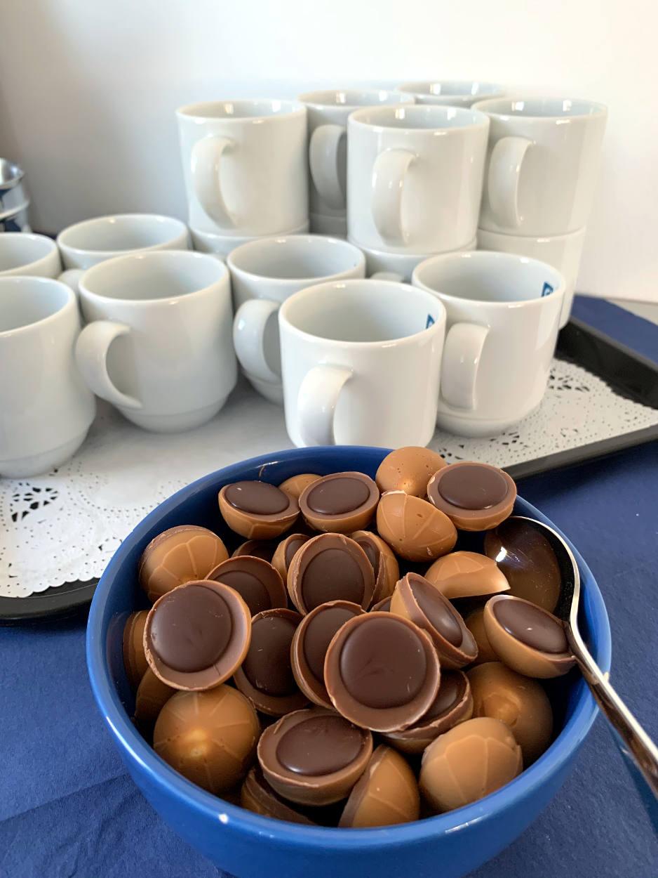 Schüssel mit Toffifee vor Kaffeebechern