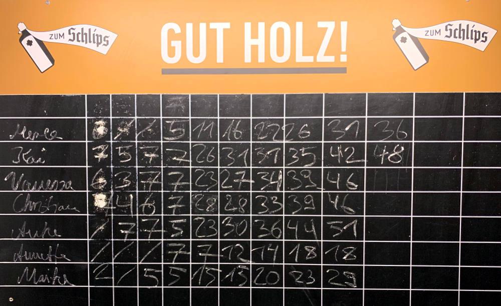 Kegeltafel mit Ergebnissen. Kai führt mit 48 Punkten, Vanessa hat 46 - hätte aber noch kegeln dürfen.