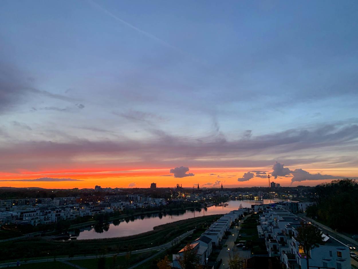 Sonnenuntergang über dem Revier, davor der Phoenixsee