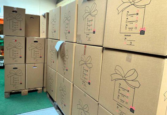 Große Kartons, darin die Päckchen