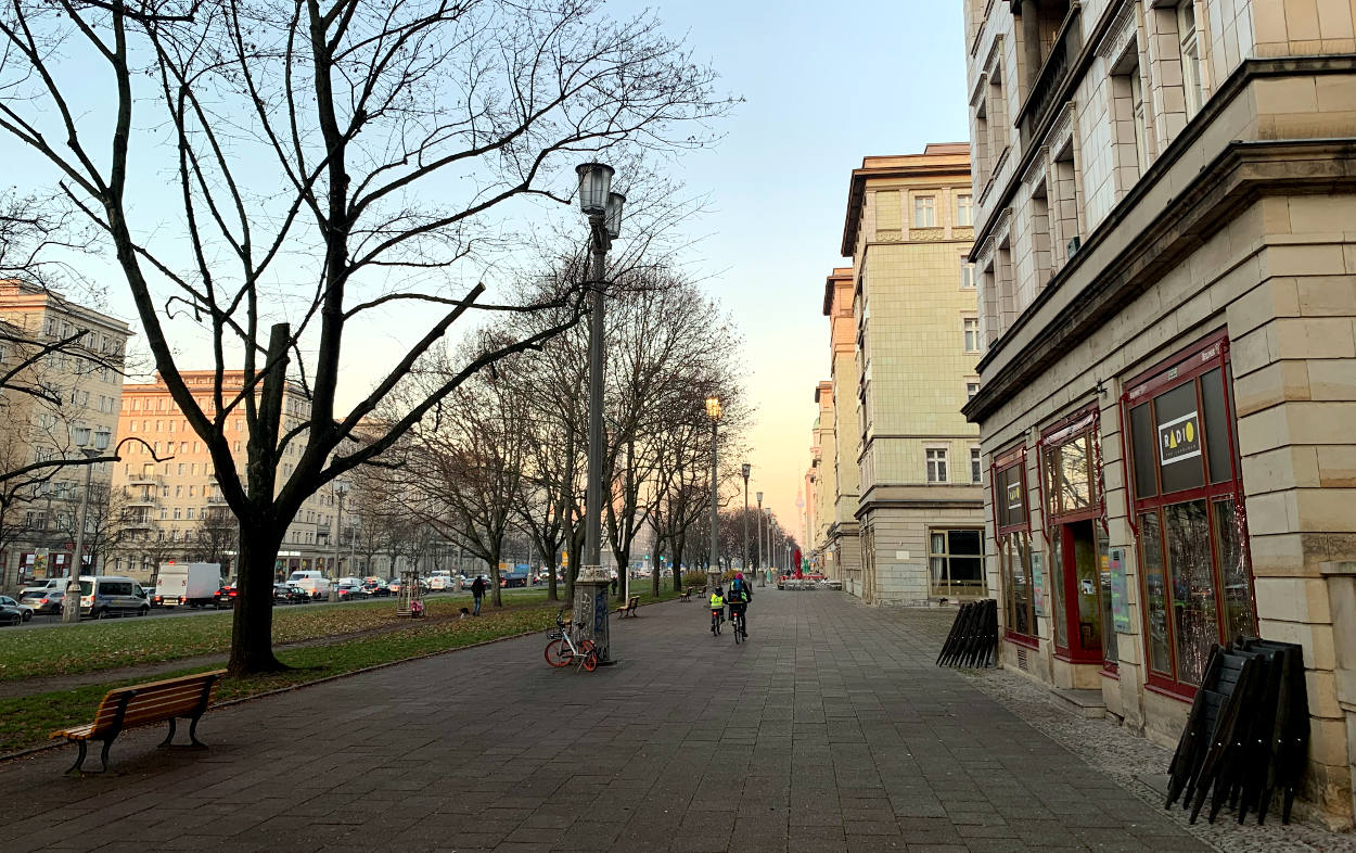 Bürgersteig auf der Frankfurter Allee, Blick nach Westen