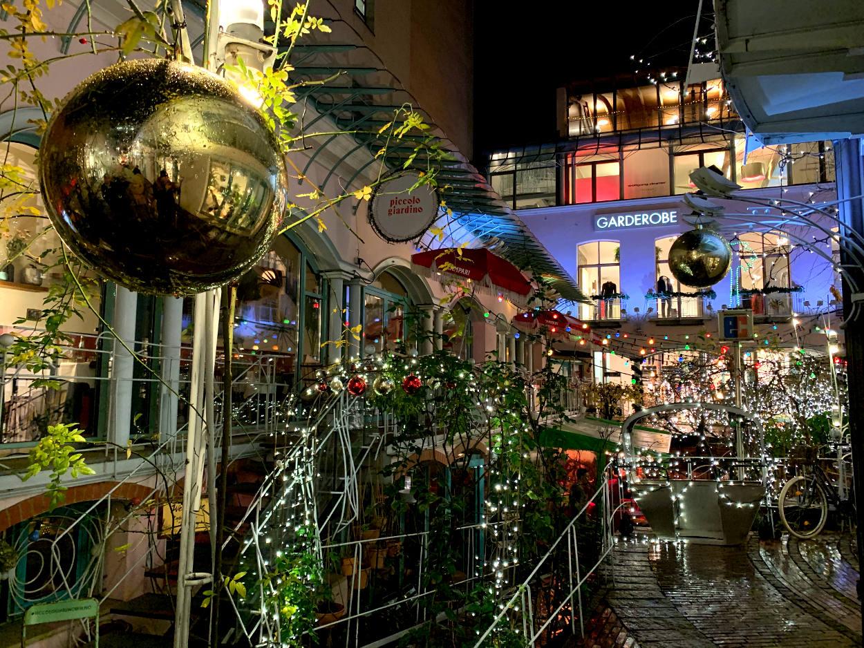 Innenhof mit viel, sogar sehr viel Weihnachtsdeko, vor allem Lichterketten und Weihnachtskugeln