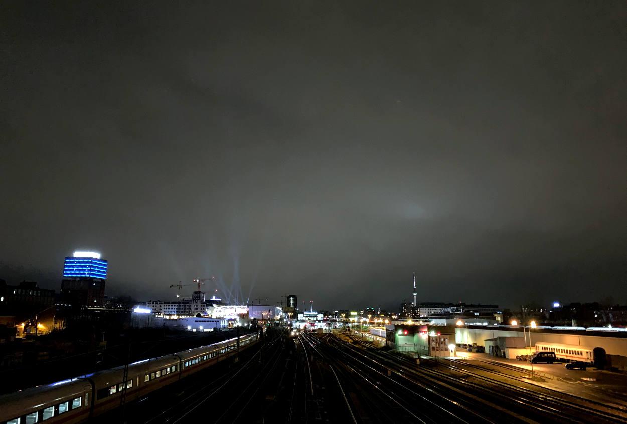 Nächtliches Berlin, Blick über Bahngleise in Richtung Fernsehturm
