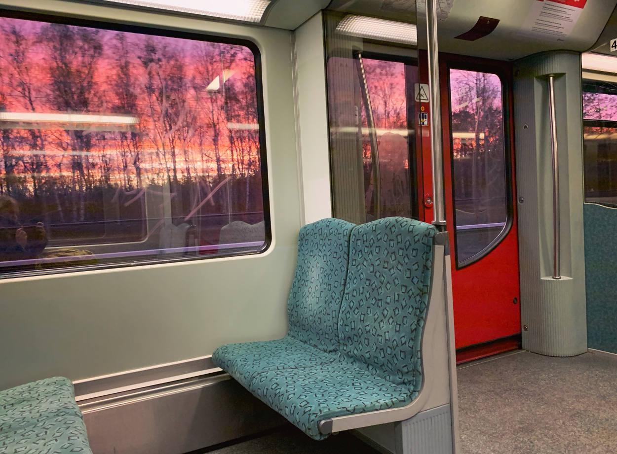 Foto aus der S-Bahn heraus auf Morgenröte
