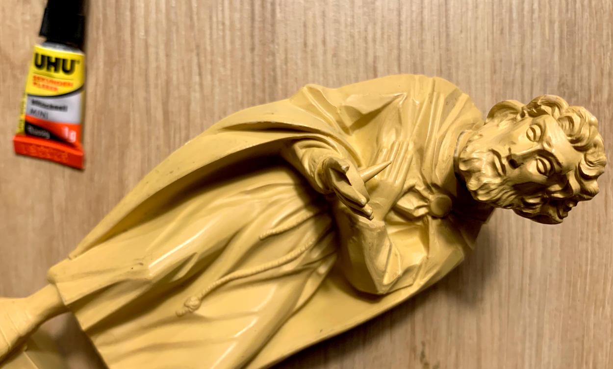 Josef-Figur, daneben Sekundenkleber
