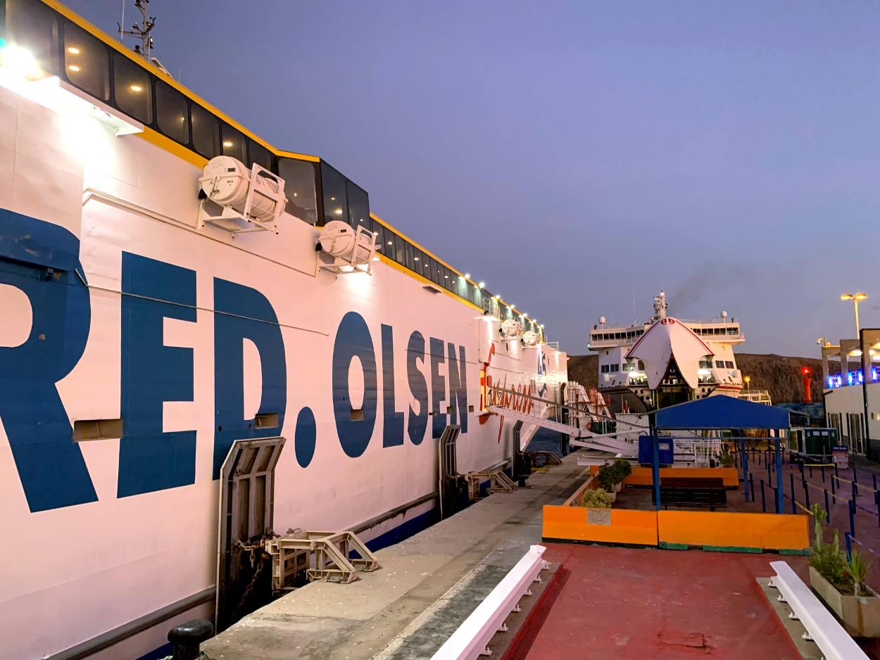 """Seite eine Fähre, Aufschrift """"RED.OLSEN"""". Dahinter ein weiteres Schiff."""