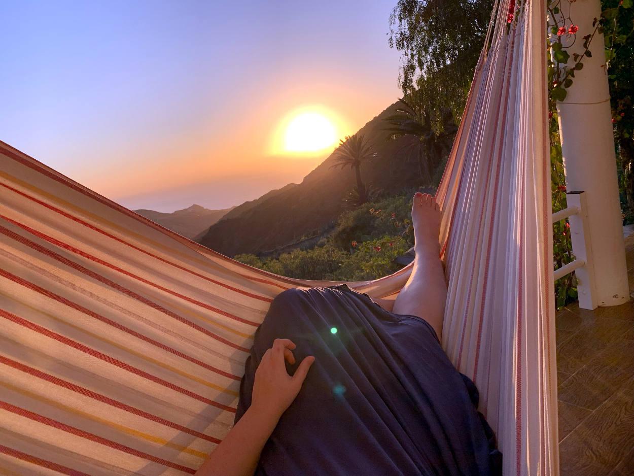 Händematte, im Hintergrund Sonnenuntergang