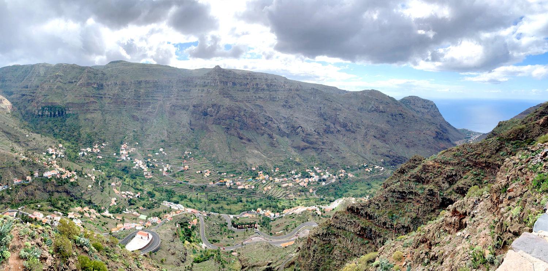 Blick ins lang gezogene, terrassierte Tal