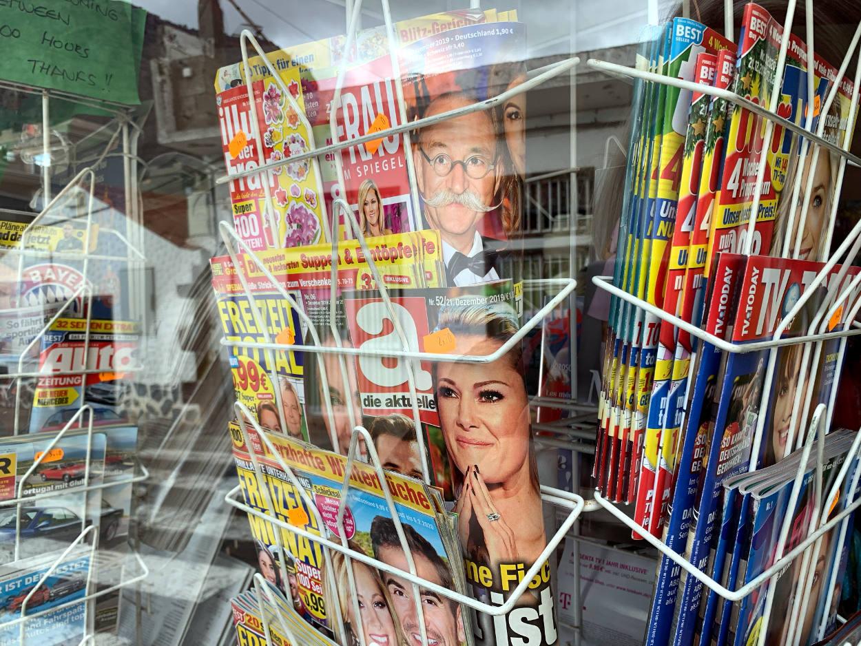 Zeitschriftenständer mit deutscher Yellow Press