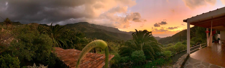 Panoramabild vom Sonnenuntergang mit Wolken, die vom Berg zur Küste ziehen.