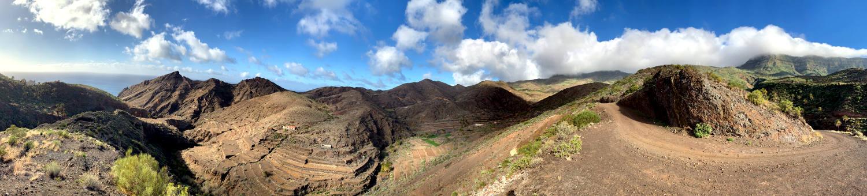 Panoramaaufnahme des Tals: Berge mit Licht und Schatten und Terrassenfeldern