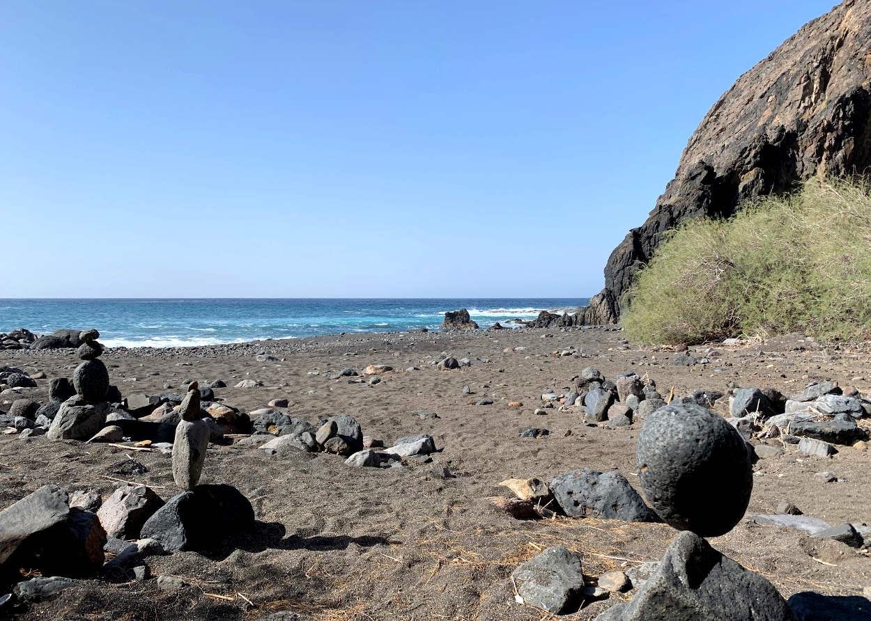 Steinmännchen, dahinter das Meer