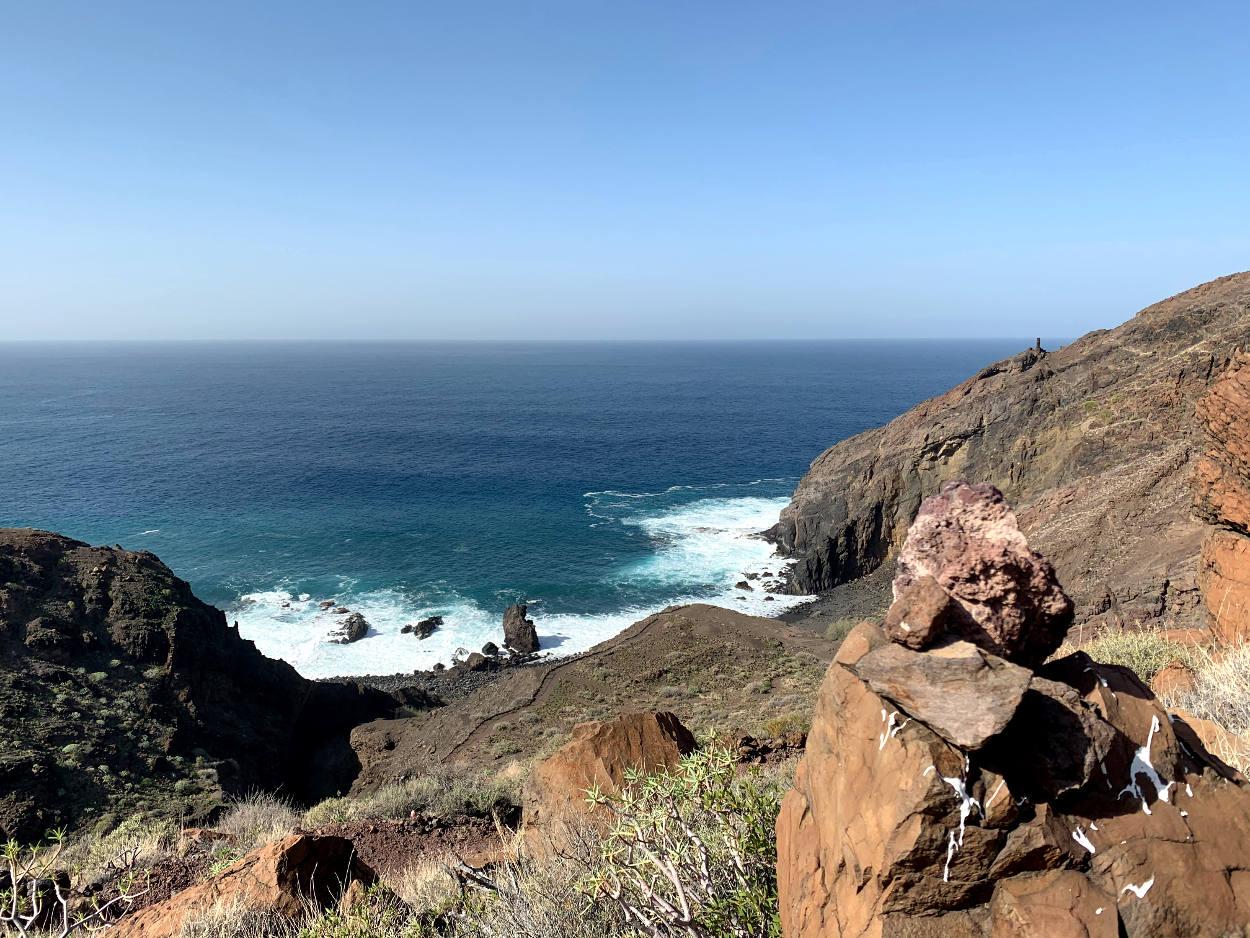 Steinmännchen, dahinter Meer
